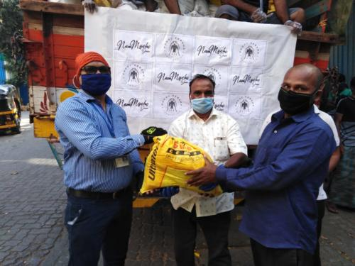 Phool Versha Foundation and NamMyohodaan has successfully delivered 2400 rations kits to families (9600 people) in Dongri and Khar Danda in Mumbai.